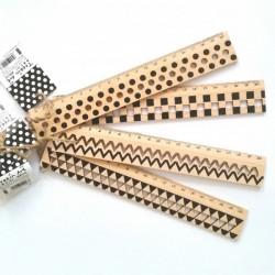 règle en bois gradué  motif géométrique noir et être